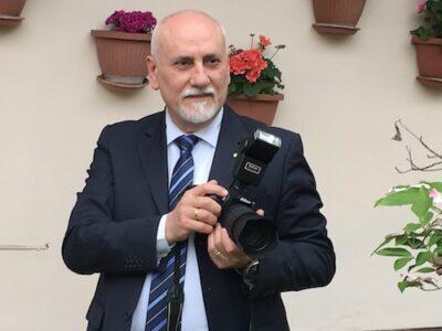 Questa immagine ha l'attributo alt vuoto; il nome del file è Giuseppe-Torregrossa-con-fotocamera-e1606657227915.jpg