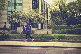 Correre immersi nel verde è l'ideale, ma quando ciò non è possibile anche una corsetta in ambiente cittadino può tornare utile per tenersi in forma.