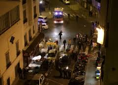 L'arrivo dei soccorsi dopo l'attacco al Teatro Bataclan di Parigi