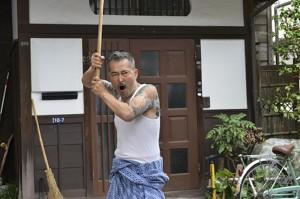 Una immagine tratta da una scena del film di Takeshi Kitano, Ryuzo and the Seven Henchmen (Ryuzo e i sette compari).
