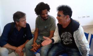 Lampedusa: Edoardo Bennato con un migrante