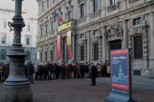 """La lunga fila per ammirare il quadro di Piero della Francesca """"La Madonna della Misericordia"""", esposto nella Sala Alessi attigua al Cortile d'Onore"""